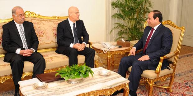 Claudio Descalzi, amministratore delegato ENI, in cordiale compagnia di Al-Sisi, dittatore egiziano